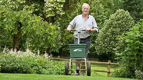 Rasendüngung 3-mal im Jahr = perfekter Rasen